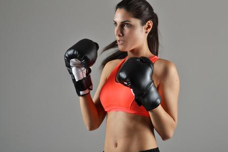 schönen Fitness-Frau mit den schwarzen Boxhandschuhen