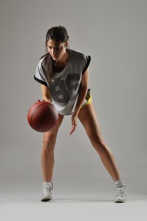 baloncesto chica: mujer hermosa con el baloncesto, tiro del estudio Foto de archivo