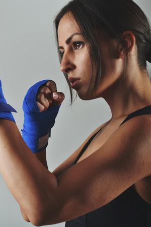 フィットネス女性ブルー ボクシング包帯でスタジオ撮影