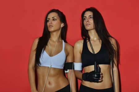 Beautiful fitness Frauen posieren vor rotem Hintergrund