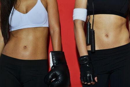 Fitness Frauen posiert vor rotem Hintergrund, close up