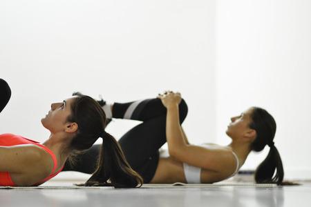 Schöne junge Frauen, die sich im Fitnessstudio