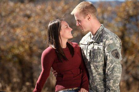 그의 여자 친구를 껴안는 미국 군인