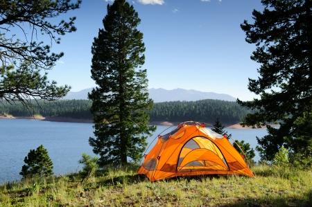 campamento: Tent camping por el lago de monta�a  Foto de archivo