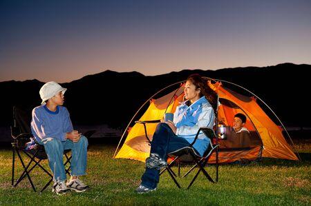 Familia camping en las montañas  Foto de archivo - 7888625