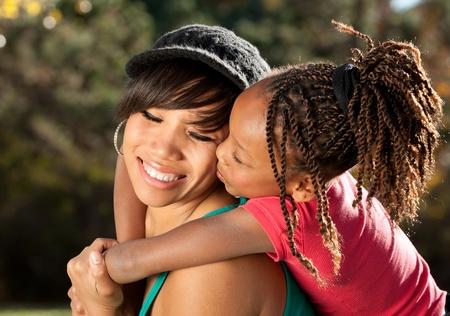 mama e hija: Estados Unidos de madre y el ni�o que se divierten pasar tiempo juntos en un parque