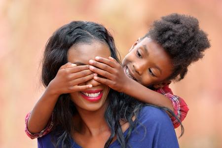Madre y niño que juegan al aire libre