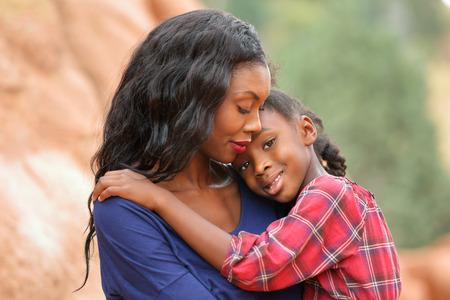 ni�os sonriendo: Madre cari�osa que conforta a su peque�a hija