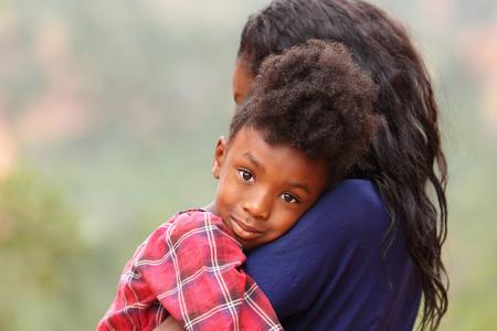 niños africanos: Feliz madre y pasar tiempo juntos niño