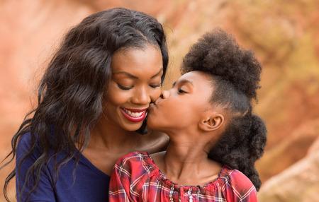 niños africanos: Madre feliz y pasar tiempo juntos Niño