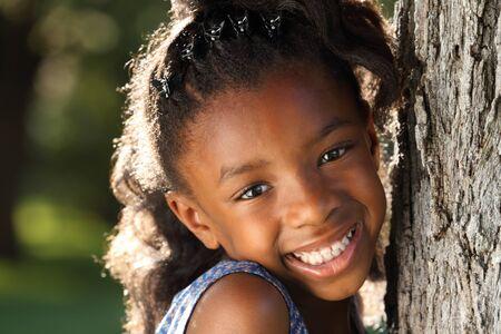 niños sonriendo: Niño feliz que se divierte en un parque