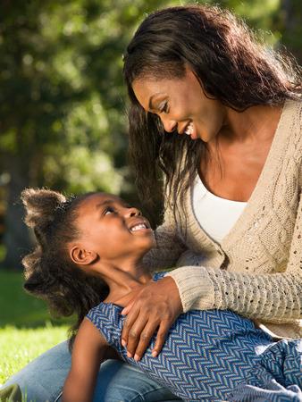 niños negros: Madre feliz y pasar tiempo juntos Niño