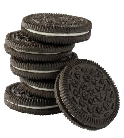 jeden: Čokoládové sušenky s krémem vyplněním izolovaných na bílém pozadí.