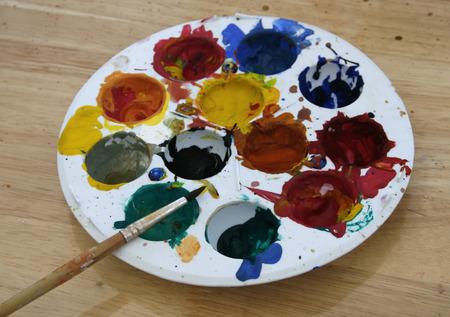 pallette: palette avec un pinceau sur table en bois Banque d'images