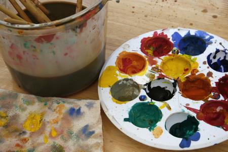 pallette: palette sur table en bois Banque d'images