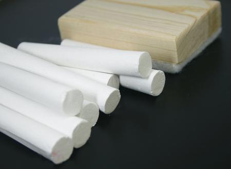 white chalks: Tizas blancas del primer con borrado arbusto en la pizarra Foto de archivo