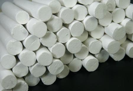 white chalks: Tizas de color blanco del primer en la pizarra Foto de archivo