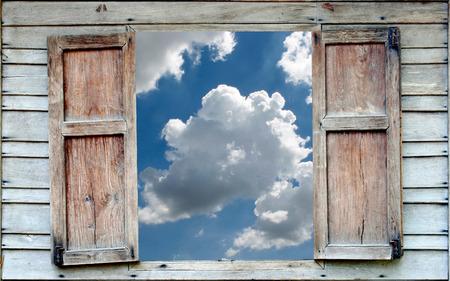 青い空と古い木製の窓