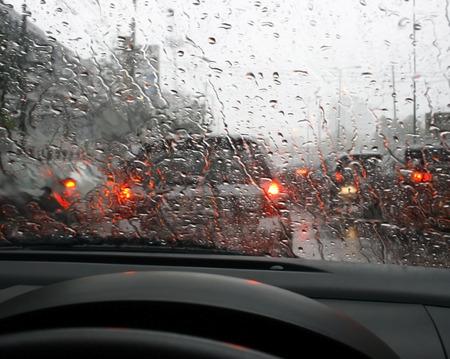 道路雨と車の窓を通して削除されます、雨の中で運転。 写真素材 - 39180813