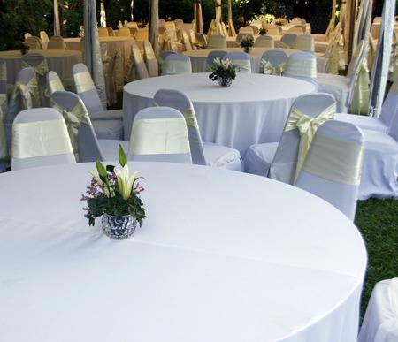 テーブルおよび屋外党のために準備の装飾
