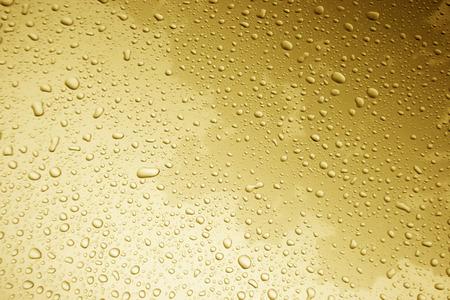 autolavaggio: goccia d'acqua sul corpo di auto per lo sfondo con filtro arancione