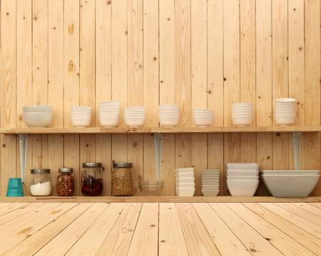 ustensiles de cuisine: Blanc ustensiles de cuisine en céramique sur l'étagère en bois