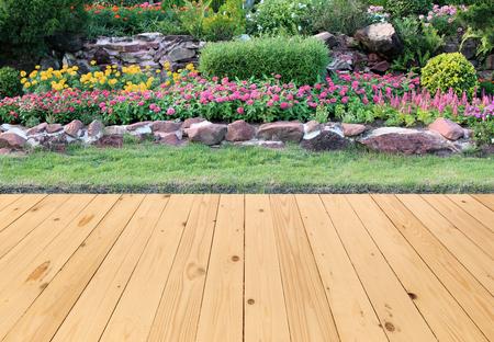 風景: 庭の木製の床のある風景