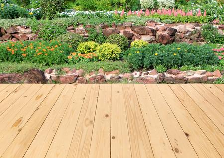 庭の木製の床のある風景