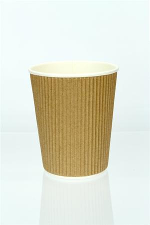 熱カップでテイクアウトのコーヒー。白で隔離