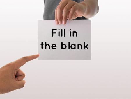 空白のホワイト ペーパーでは、テキストの塗りつぶしを持っている手を使用している人