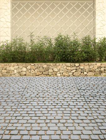 花と石畳石通り木製フェンス 写真素材