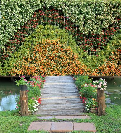 jardines con flores: puente de bambú con jardín de flores verticales