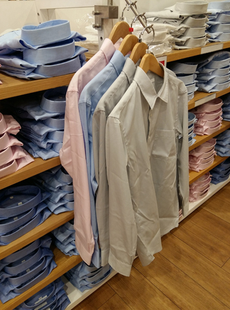 Men shirt hanging in a clothing store Stockfoto