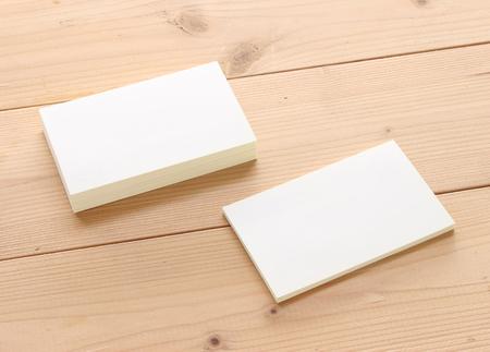 Mockup van visitekaartjes op houtstructuur achtergrond