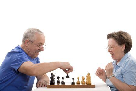 jugando ajedrez: Los ancianos par jugar al ajedrez sobre fondo blanco