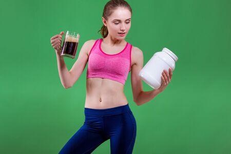 jarra de cerveza: Muchacha caucásica que elige beber la cerveza o comer de la nutrición de los deportes. Concepto de elección.