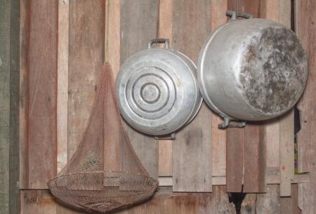 old times: Antiguo macetas que cuelgan en la pared de madera. de una antigua casa de campo - Equipo retro de los viejos tiempos Foto de archivo