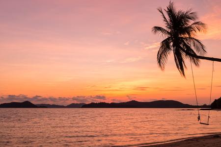 bounty: Los árboles de coco silueta al atardecer, la isla de Mak, Tailandia