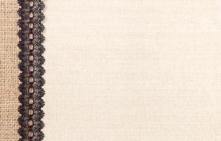 ファブリックのテクスチャ背景にレースの花のフレーム