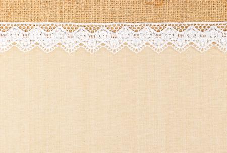 bordes decorativos: Cord�n blanco ornamental sobre tela y el dise�o de la arpillera por frontera o el fondo Foto de archivo