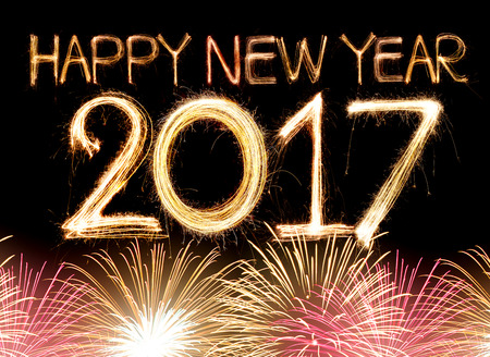 calendario: Feliz Año Nuevo 2017 palabra hecha de bengala fuegos artificiales de luz