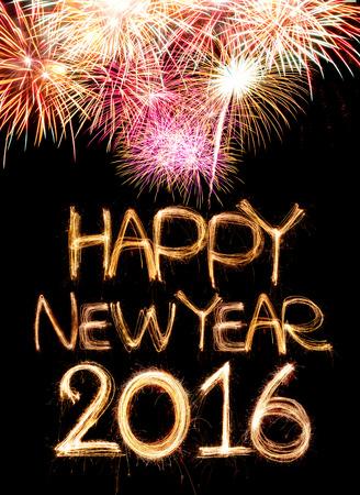 fireworks: Feliz A�o Nuevo 2016 palabra hecha de luz bengala fuegos artificiales sobre fondo negro