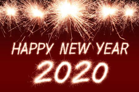 Feliz año nuevo, 2020 escrito con fuegos artificiales Sparkle