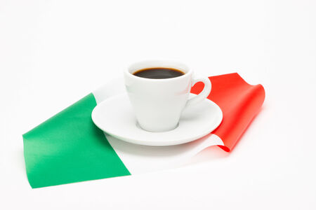 bandera italiana: Taza de caf� con la bandera en el fondo blanco