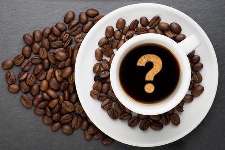 point d interrogation: Tasse de caf� avec un point d'interrogation avec haricots