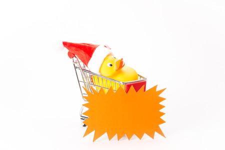agachado: Caddy para ir de compras con pato de la navidad en el fondo blanco Foto de archivo