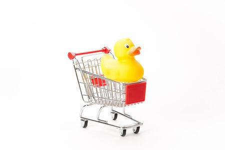 ducking: Caddy para ir de compras con pato sobre fondo blanco Foto de archivo