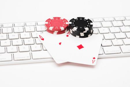 白い背景の web キーボード上の火かき棒カード 写真素材