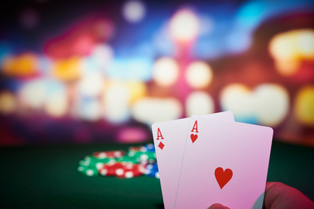cartas poker: Virutas de póker con los as cartas sobre la mesa en el casino Foto de archivo