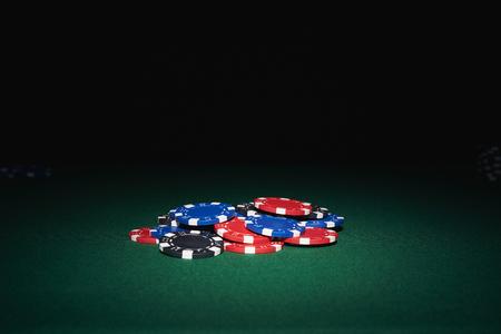 검정색 배경 카지노에서 테이블에 포커 칩